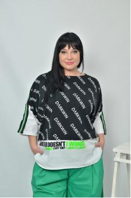 Стильна блуза-футболка з яскравим принтом